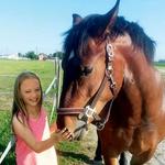 Mala deklica Leni je postala botra kobili Lariji. (foto: DZK, osebni arhiv)