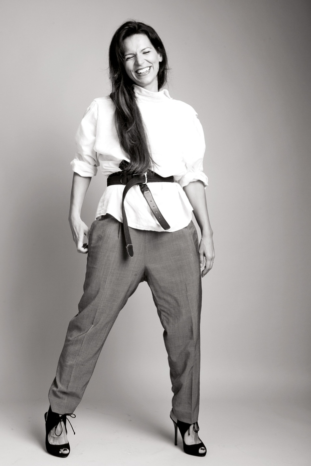 Simona je sicer magistra ekonomije, ki je svojo strast do mode udejanjila v oblekah poslovne mode. (foto: Matej & Katarina photography, osebni arhiv)