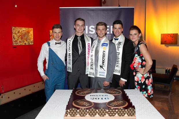 1. Zmagovalci so skupaj z organizatorjema razrezali slastno Dulcis torto.