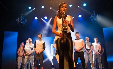 6. V hodu Jessy Fashion Design je navduševala tudi saksofonistka Nina Merkoci.