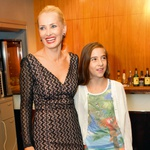 Tanja s hčerko Elo.  Dva družinska člana, Đuro in Zala, sta v Ameriki.  (foto: Pop TV, osebni arhiv, Goran Antley)