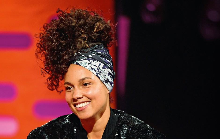 Alicia se ne dotakne več ličil, pa tudi likalnik za lase ni več aktualen, zato so njeni lasje divje skodrani.    (foto: Profimedia)