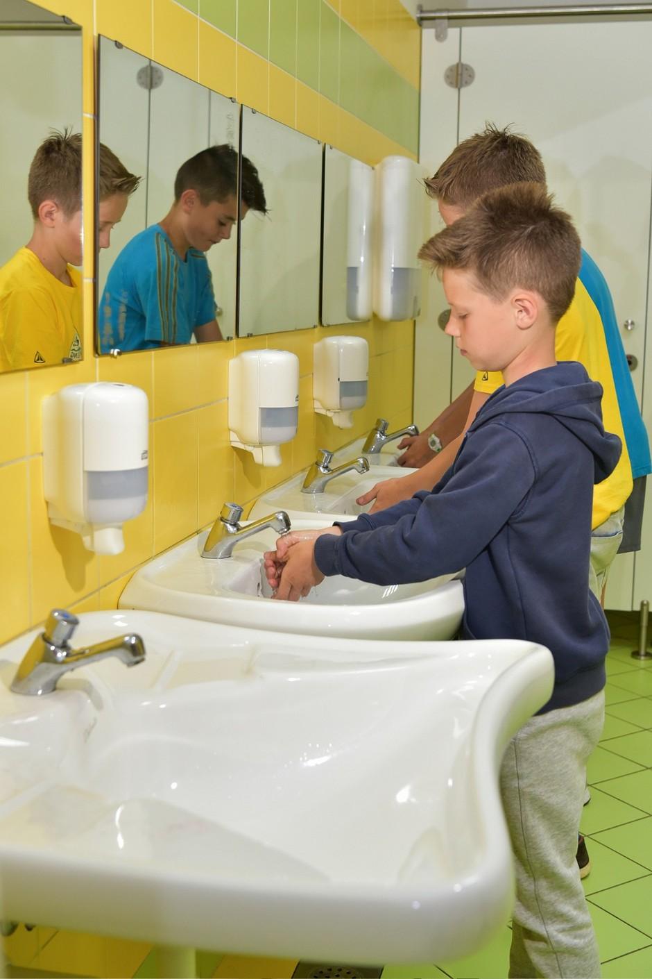 Otroci si zaradi ledeno mrzle vode roke umivajo redkeje in bolj površno (foto: Robert Krumpak)