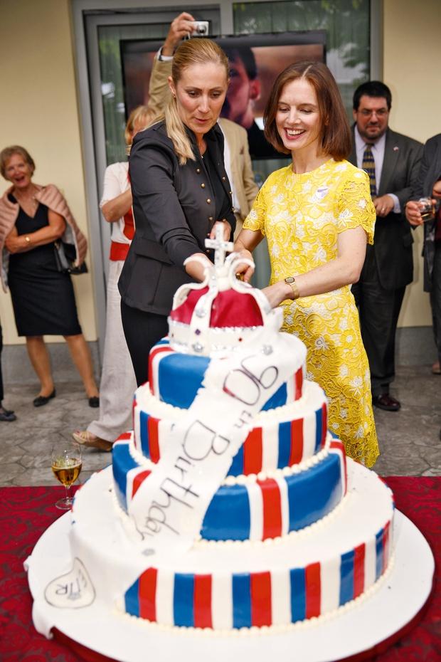 Alma Rekić, F&B menedžer v Grand Hotelu Union, je zbrane navdušila s slastno torto, v katero sta zarezali skupaj z britansko veleposlanico.  (foto: Helena Kermelj)