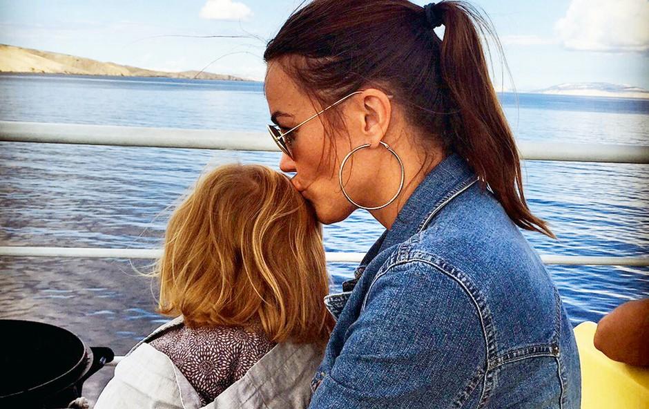 """Rebeka uživa s hčerko Šajano: """"Osebe s tem imenom so sončne, pozitivne, vesele, nasmejane, kar moja Šajana zagotovo je,"""" pravi Rebeka.   (foto: Primož Predalič, BFM Design, Igor Zaplatil, osebni arhiv, Sašo Radej)"""