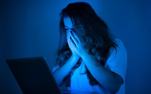 Internetno nadlegovanje povzroča depresijo, nočne more in anoreksijo