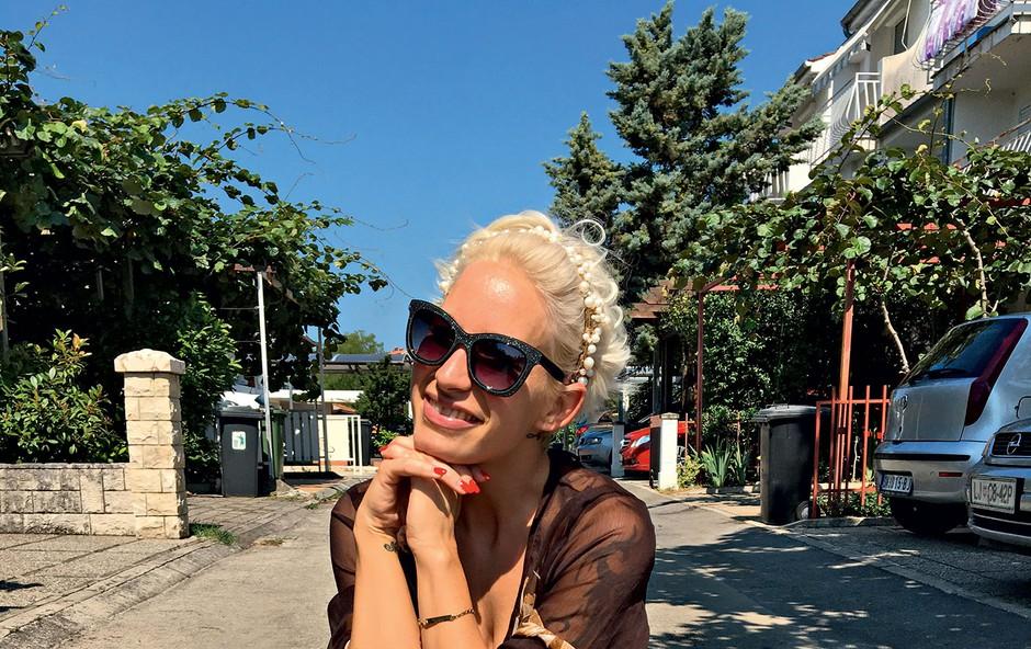 Na potovanjih vedno uživa s svojim nepogrešljivim kovčkom Rimowa. (foto: Igor Zaplatil)