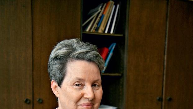 Jana Dobnik je odraščala v Idriji, kjer je pridobila veliko znanja o idrijski čipki. (foto: MIMA)