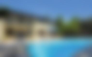Slovenski estradniki, ki uživajo ob domačih bazenih