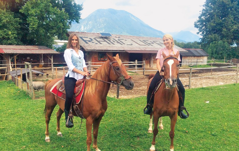 Tanja in Tara sta z užitkom sedli na konja in naredili nekaj krogov po ranču Lipa v Hrašah pri Lescah. (foto: Story Press)