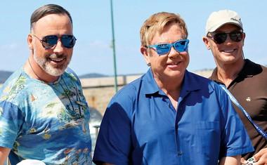 Elton John z družino počitnikuje v Saint-Tropezu