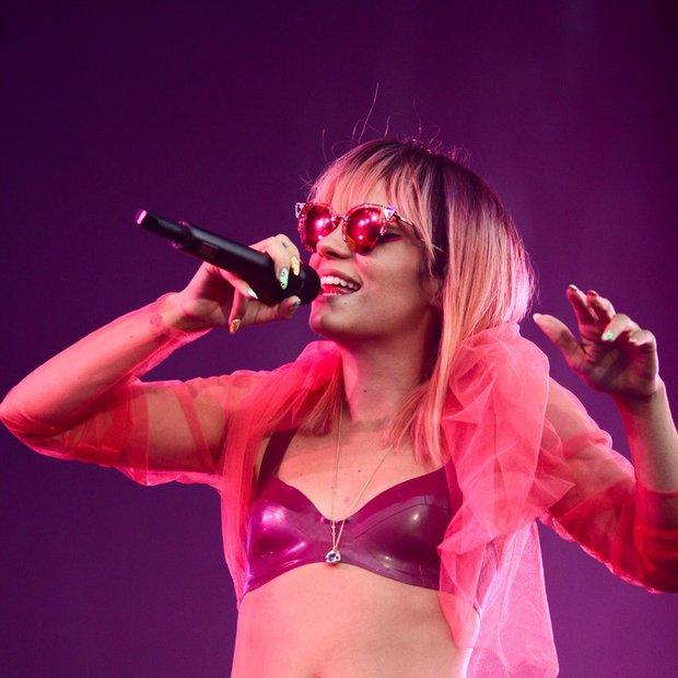 Zakaj Lily Allen ne sme v ZDA, Paris Hilton pa ne na Japonsko?