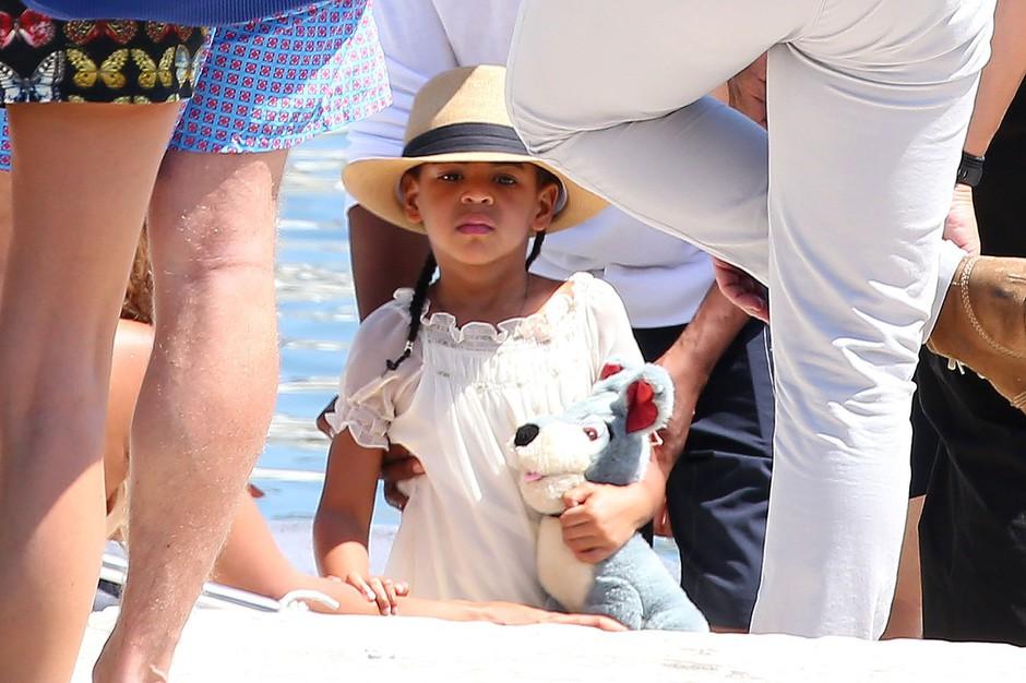 Zakaj hudiča bi odrasle ženske na internetu zmerjale 4-letno hčerko zvezdnice Beyonce? (foto: profimedia)