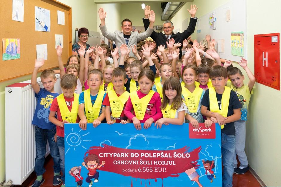 Direktor Cityparka Toni Pugelj (levo) in ravnatelj OŠ Horjul Primož Garafol v družbi veselih šolarjev (foto: Robert Krumpak)