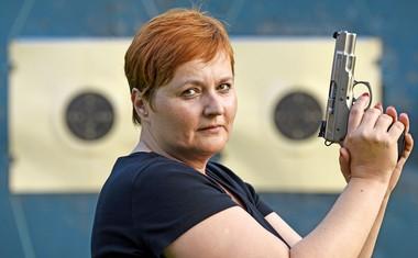 Pustite me pri miru, imam pištolo! Jana raziskuje!