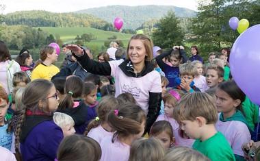 V najboljši družbi - direktorica Skaze Tanja Skaza, obkrožena z otroki