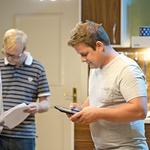 Primož je med snemanjem nekaj podrobnosti preveril tudi na svoji tablici. (foto: Primož Predalič)