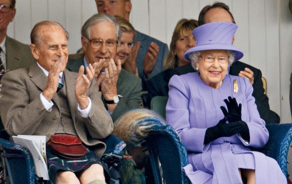 Kraljica Elizabeta in princ Philip sta srečno poročena že skoraj 70 let (foto: Profimedia)