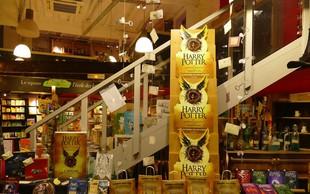 Osma knjiga Harry Potter in otrok prekletstva že v knjigarnah in na knjižnem sejmu!