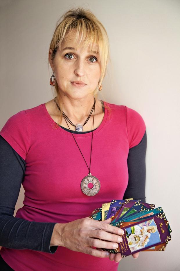 Emi pri njenem delu prav pride njena intuicija in duhovna moč. (foto: Aleksandra Saša Prelesnik)