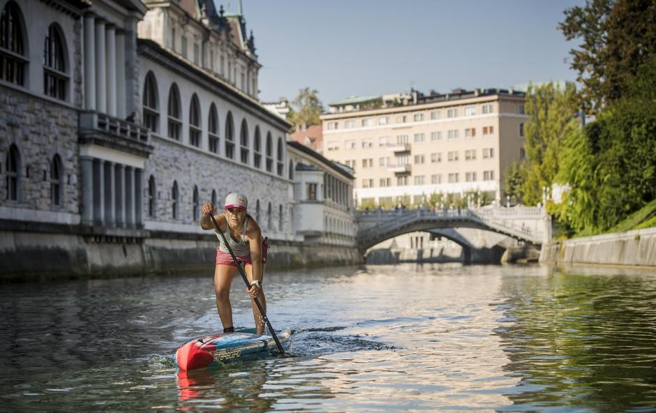 Kako je Manca Notar na deski preveslala Ljubljanico (foto: Samo Vidic)