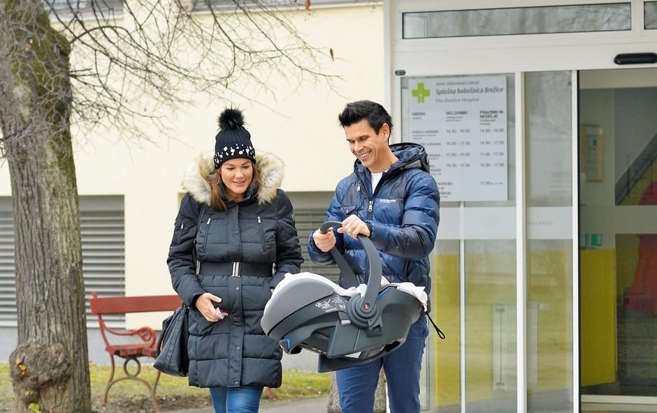 Rebeka Dremelj je z malo Sijo po štirih dneh zapustila porodnišnico (foto: Primož Predalič)
