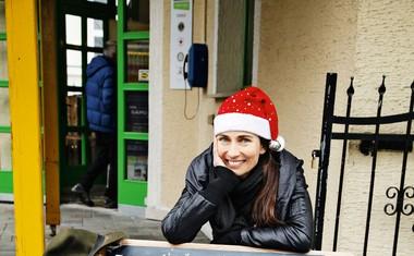 Igralka Alenka Tetičkovič je pomagala v ljudski kuhinji Pod strehco