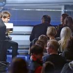 Pozornost sta pritegnila tudi  Lado in njegovo novo dekle  Anela Šabanagič, ki je v občinstvu sedela tik ob Ladovem stolu. (foto: Primož Predalič)