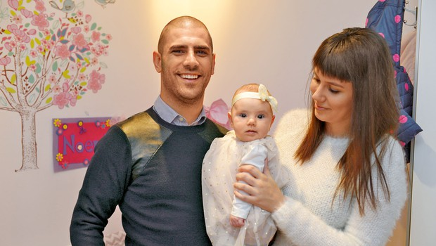 Tibor Baiee in Ana Hrovat sta ponosno predstavila svojo hči Noemi (foto: Primož Predalič)