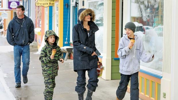 Angelina Jolie je z otroki brezskrbno uživala na snegu (foto: Profimedia)
