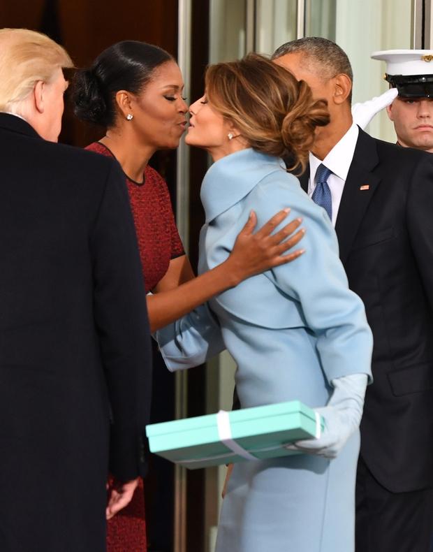 Le kaj je Melania Trump podarila presenečeni Michelle Obama? (foto: profimedia)