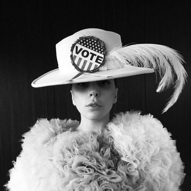 Lady Gaga poziva na volitve oblečena kot sufražetka, november 2016! (foto: profimedia)