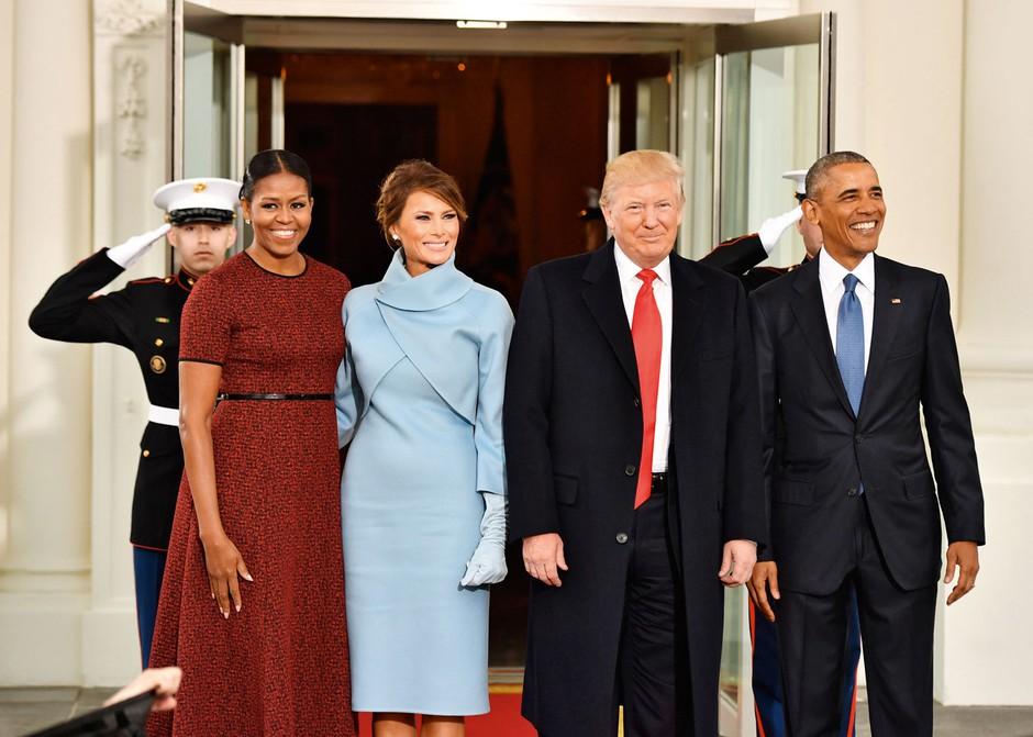 """Dejstvo je, da je Michelle poleg vzora ženskam postala tudi modna ikona, ki tudi tokrat ni razočarala z izbiro čudovite rdeče kombinacije Jasona Wuja. Preden se je poslovila, je na svoja družbena omrežja objavila poslovilni video zadnjega sprehoda skozi Belo hišo s pasjima ljubljenčkoma ter fotografijo z Barackom: """"Biti vaša prva dama je bila življenjska čast. Iz srca se vam zahvaljujem."""" (foto: profimedia)"""