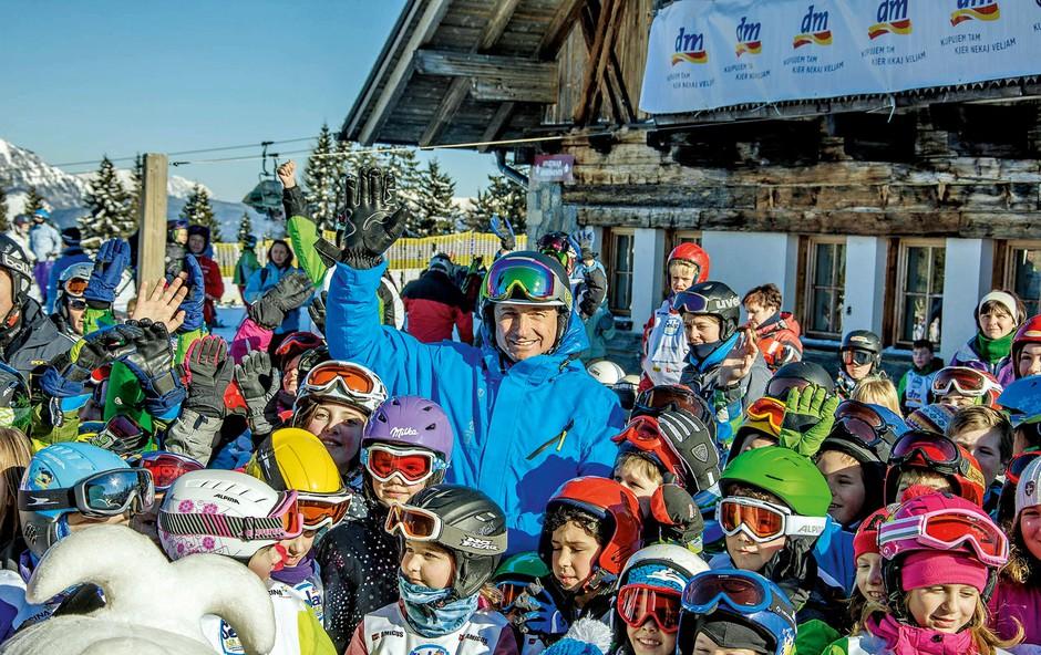 Predsednik Borut Pahor je otroke učil varnega smučanja (foto: Primož Jovanović photography)