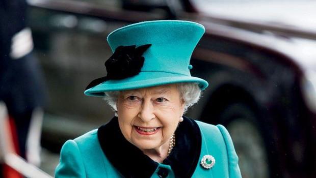 Kraljica  Elizabeta II. naj bi v treh letih predala prestol sinu (foto: Profimedia)
