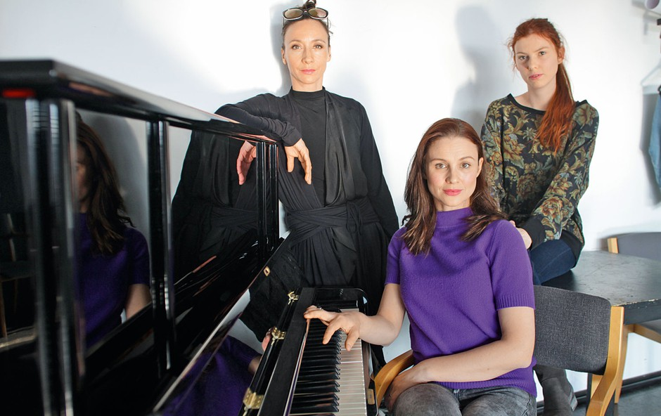 Mojca Funkl, Iva Krajnc in Tina Potočnik sestavljajo trio, ki maha tračem adijo (foto: Goran Antley)