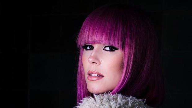 Nika Zorjan z roza lasmi, ki govori 'prekmurski jezik' (foto: PrtSc Instagram @nikazorjan)