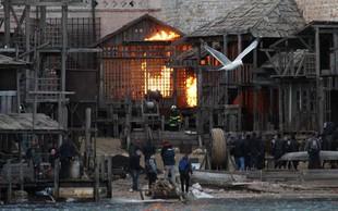 Ekipa filma o Robinu Hoodu zažgala filmsko vas v Dubrovniku