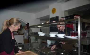 Bernarda Žarn in Jože Robežnik na kosilu v ljudski kuhinji Pod strehco!