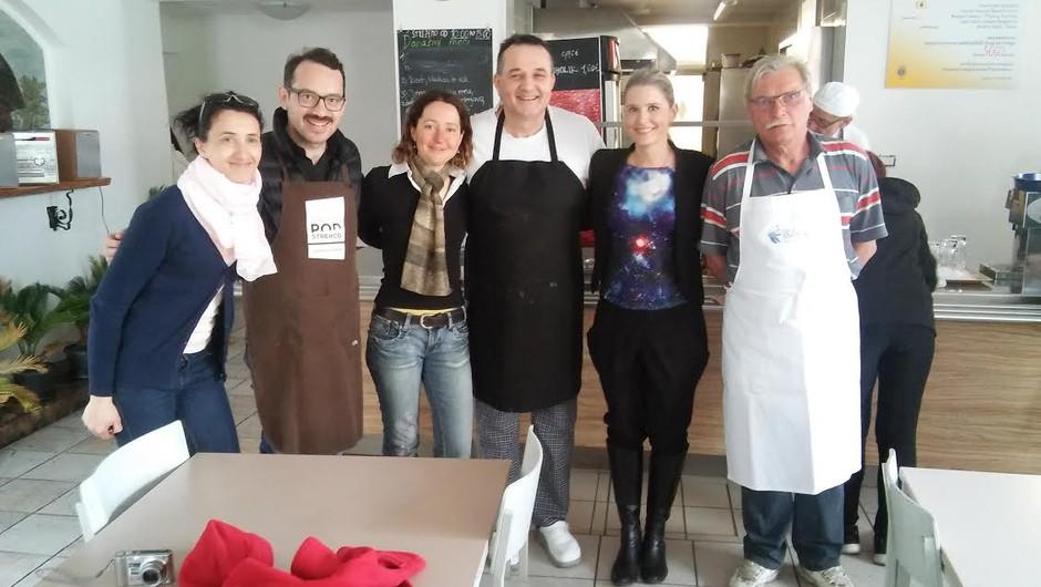 Bernarda Žarn in Jože Robežnik na kosilu v ljudski kuhinji Pod strehco! (foto: Zavod Pod strehco)