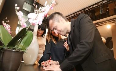 Omar je obiskovalcem delil tudi podpise.