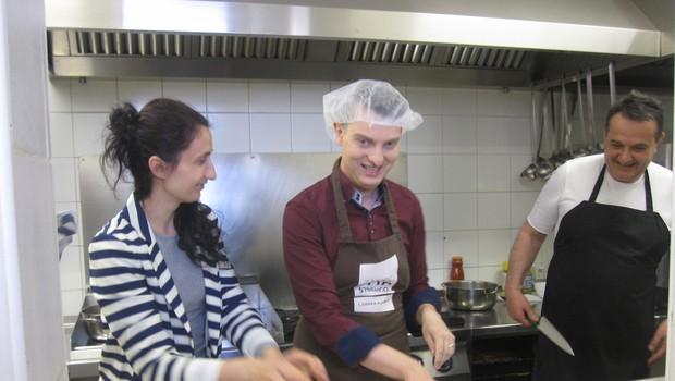 Takole pa je Damjan Murko zavihal rokave v ljudski kuhinji Pod strehco! (foto: Simona Škafar - Zavod Pod strehco)