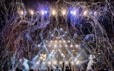 2Cellos v Stožicah s potezo loka vzdignila na noge 10.000 ljudi