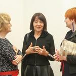 Modna oblikovalka Zlata Zavašnik (v sredini) v klepetu z Andrejo Ilgo (levo) in Lucijo Smolnik. (foto: Barbara Reya)