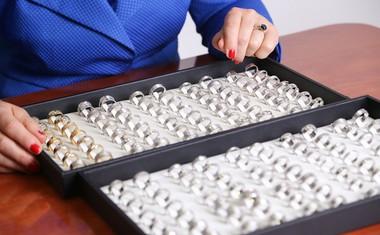 Pari lahko izbirajo med več kot 500 modeli poročnih prstanov.