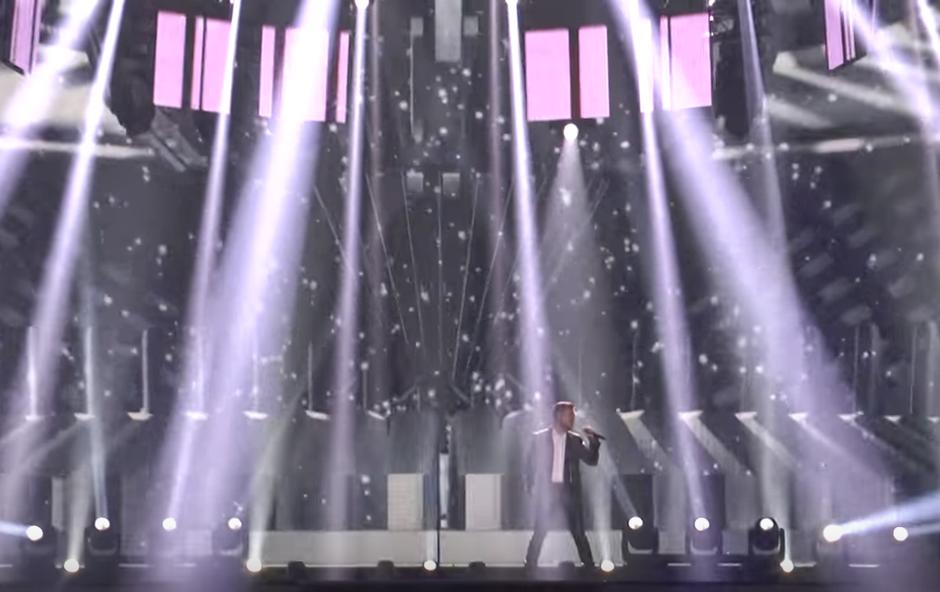 Omar bo na oder stopil v bleščečem kostumu (foto: Printscreen Youtube Eurovision Channel)