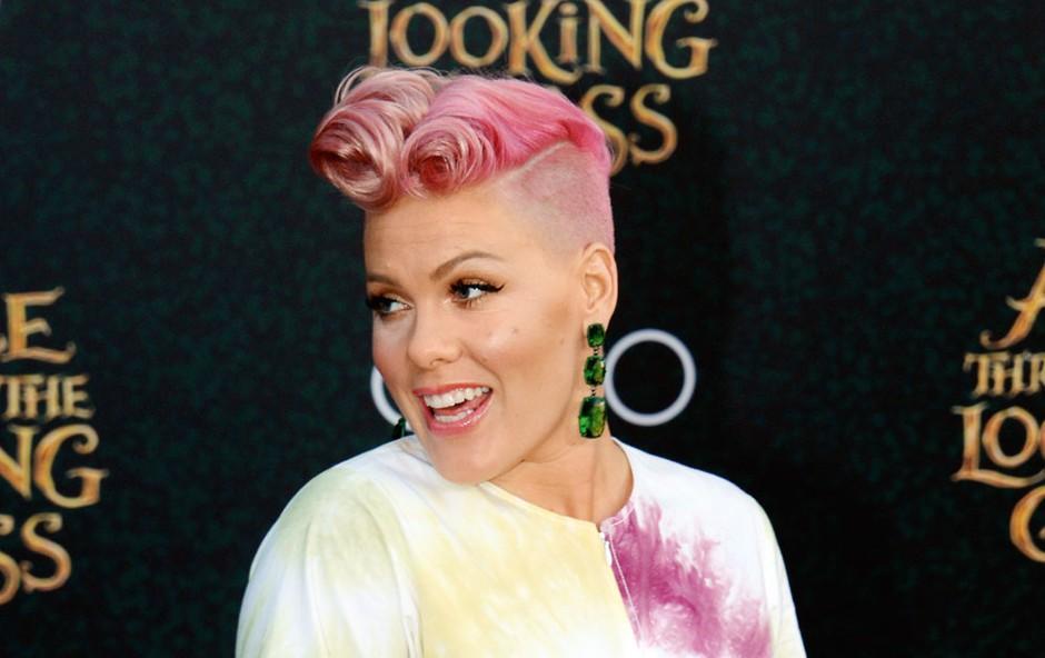Energična pevka Pink: Leta se ji počasi začenjajo poznati, a posege odločno odklanja! (foto: Profimedia)