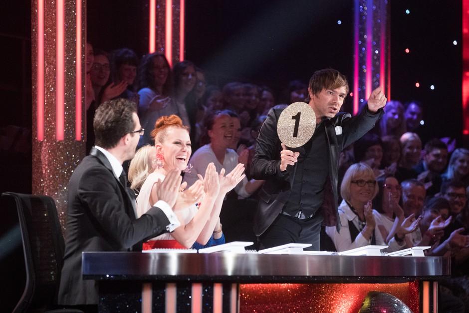 Lado je občinstvu, ki je navijalo, da mora zaplesati, pokazal loparček z oceno 1. (foto: pop tv)