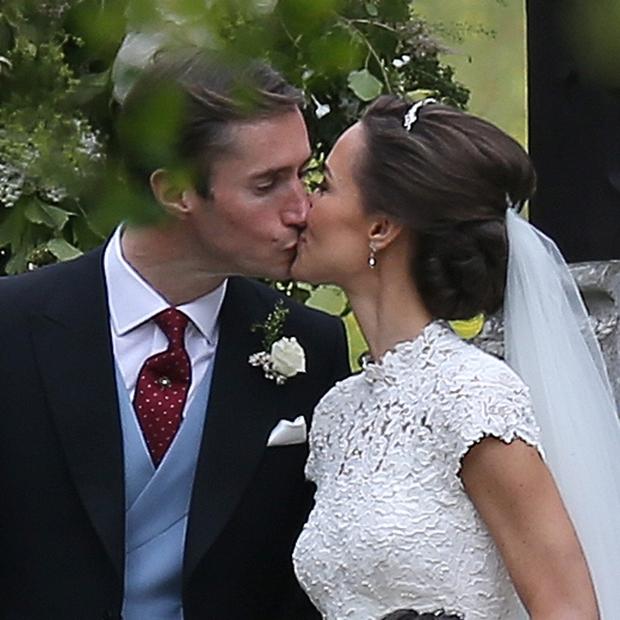 Pippa Middleton se je poročila, sestra Kate pa je bila kot družica v rožnatem! (foto: profimedia)