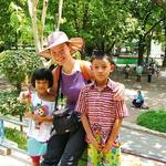Petra v Burmi s  tamkajšnjimi otroki. (foto: osebni arhiv)
